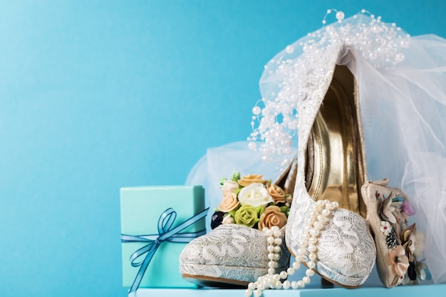 Belo arranjo de sapatos acessórios de areia e noivas