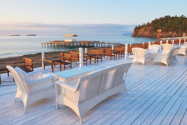 Belo aterro para caminhadas e esportes no hotel amara dolce vita luxury. alanya turkey.
