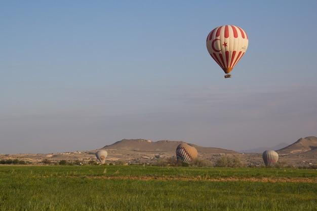 Belo balão e vista da paisagem na capadócia turquia.