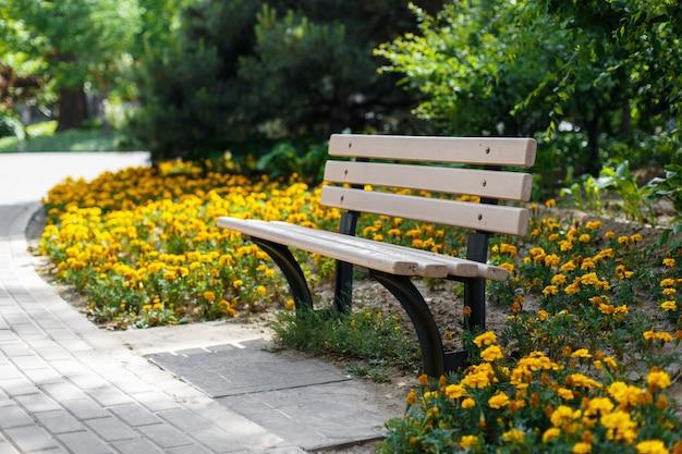Belo banco no parque canteiro de flores