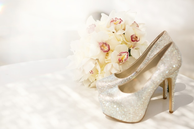 Belo bouquet de luxo e saltos para noiva