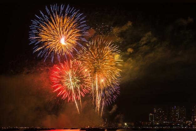 Belo brilho acender no céu de fogos de artifício à noite