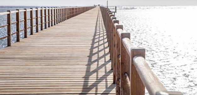 Belo cais longo de madeira. conceito de recreação e turismo.