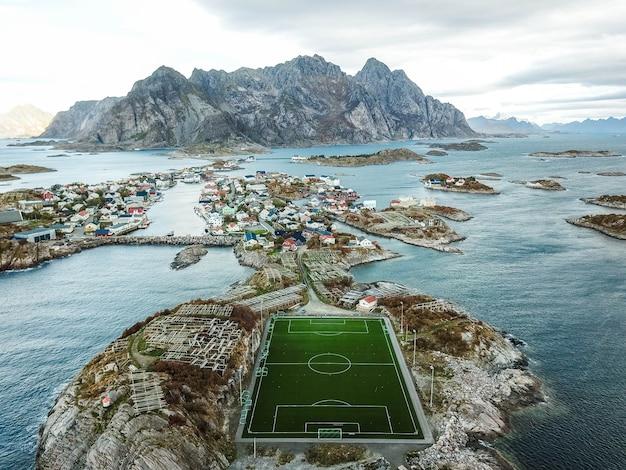 Belo campo de futebol na noruega