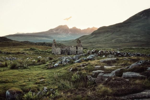 Belo campo rochoso com prédio destruído
