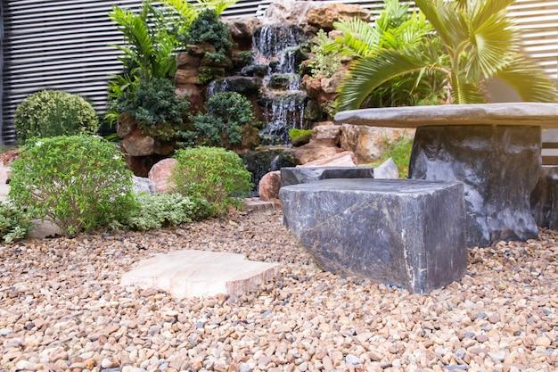 Belo canto do pequeno jardim, decoração de jardinagem e paisagismo