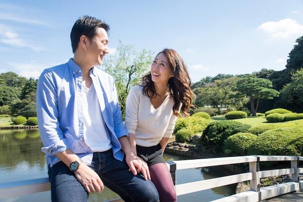 Belo casal asiático namorando em um parque