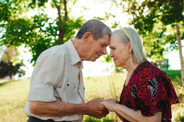 Belo casal de idosos em um parque de verão.