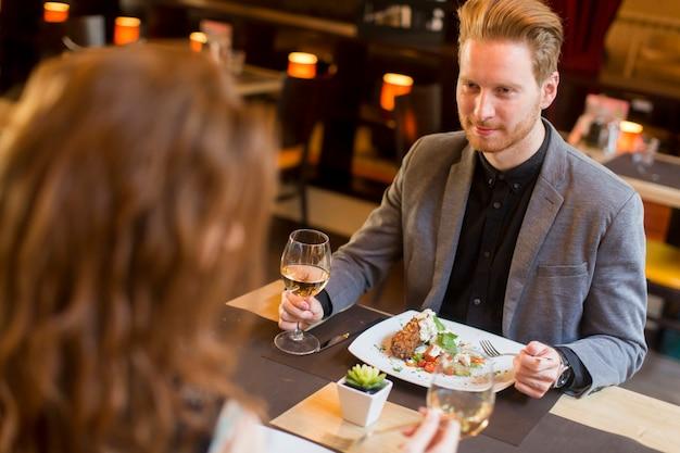 Belo casal de ruivos jovens jantando no restaurante