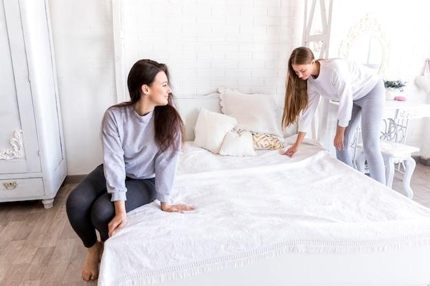 Belo casal fazendo a cama