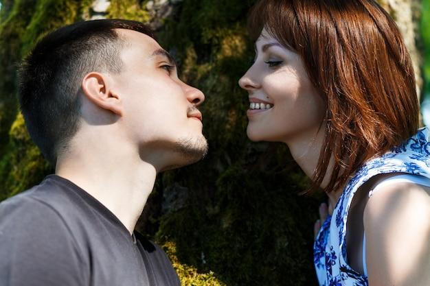 Belo casal jovem abraçando