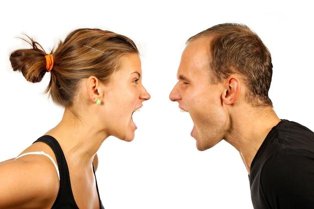 Belo casal jovem gritando um com o outro