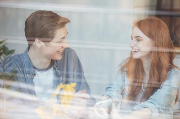 Belo casal sentado no café