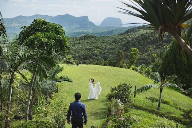 Belo casamento nas montanhas de uma ilha tropical