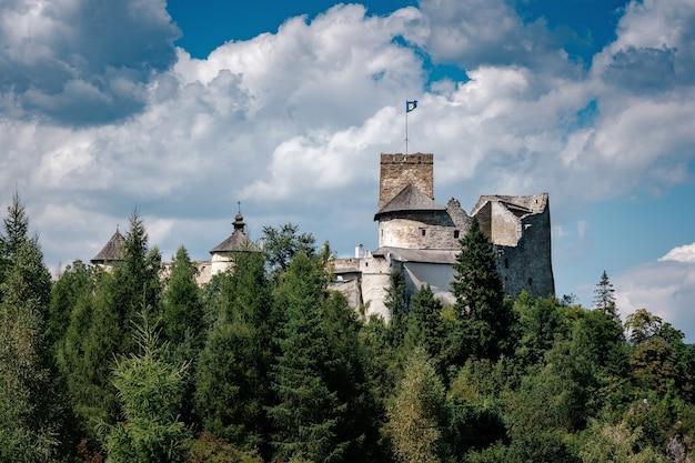 Belo castelo antigo em uma rocha acima do rio