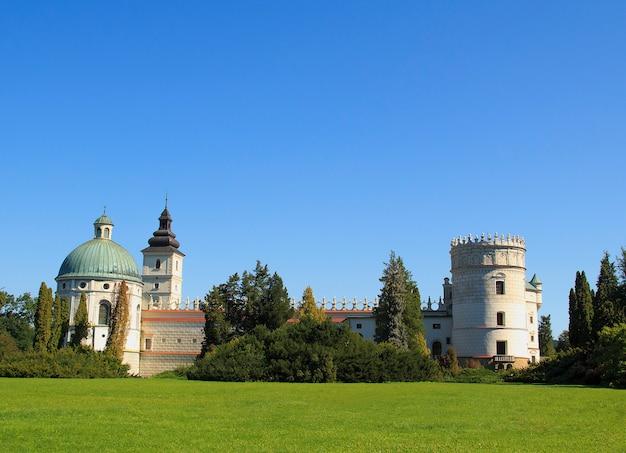 Belo castelo de estilo renascentista em krasiczyn, polónia