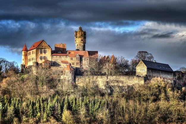 Belo castelo histórico sob um céu escuro e nublado