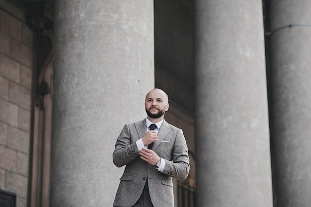 Belo cavalheiro em um terno caro e um relógio. homem de negocios