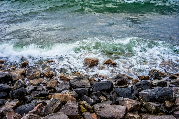 Belo cenário das ondas do rio correndo sobre as rochas