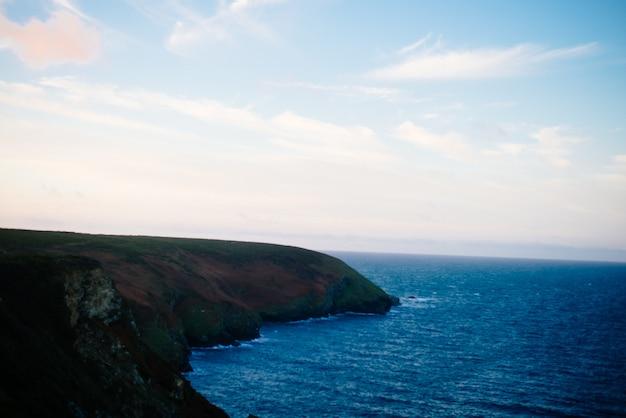 Belo cenário de formações rochosas à beira-mar durante o dia