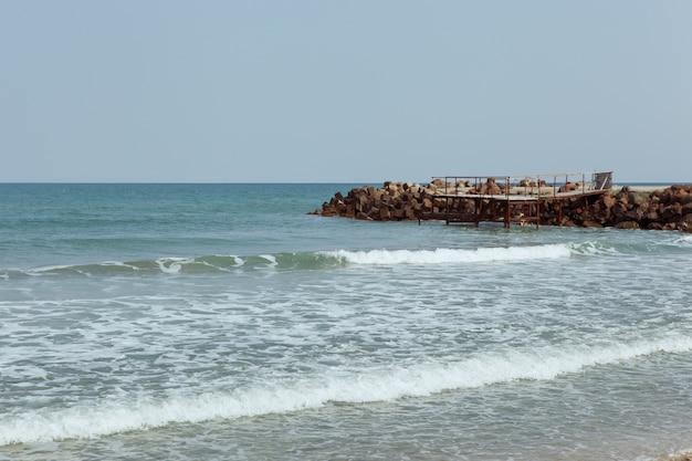 Belo cenário de mar com costa rochosa