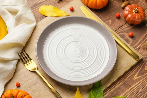 Belo cenário de mesa com decoração de outono em fundo de madeira