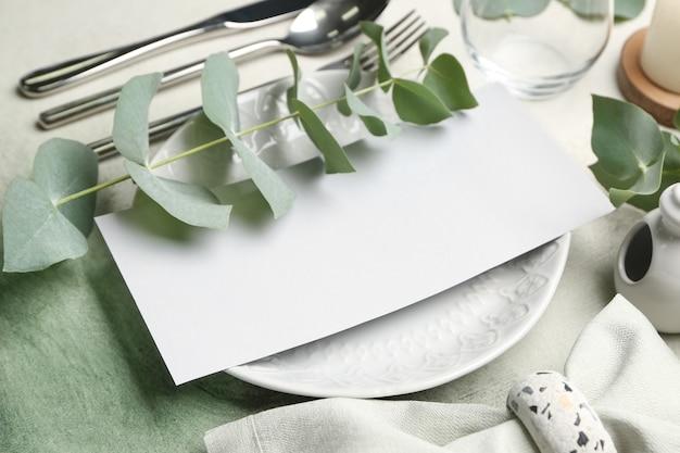 Belo cenário de mesa com decoração floral