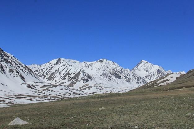 Belo cenário de paisagem montanhosa com colinas rochosas cobertas
