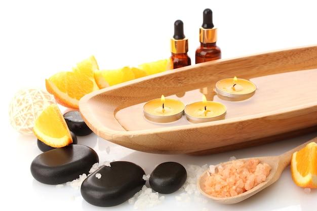 Belo cenário de spa com laranja, isolado no branco