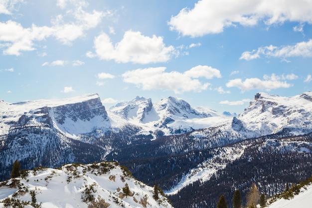 Belo cenário de uma paisagem de inverno nos alpes