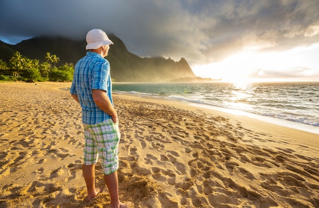 Belo cenário na praia tunnels na ilha de kauai, havaí, eua