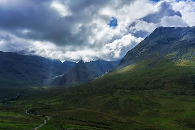 Belo cenário onde o the fairy pools está localizado em glen brittle, na ilha de skye, na escócia