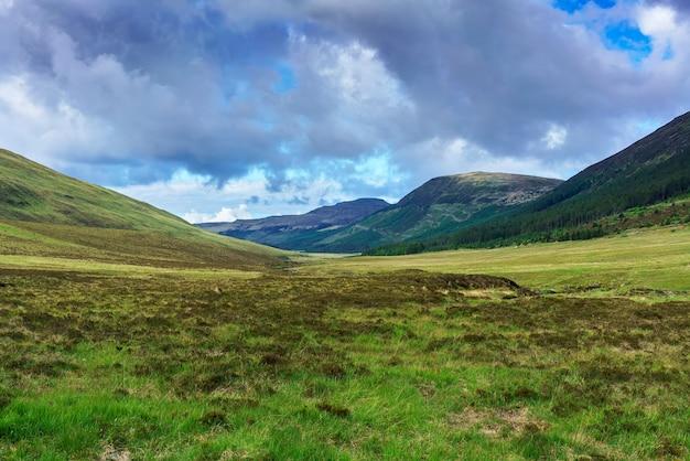 Belo cenário onde os fairy pools localizados em glen brittle, na ilha de skye, no verão, na escócia
