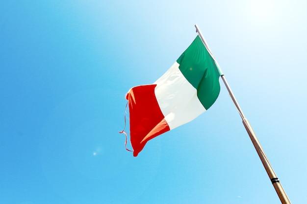 Belo céu azul com bandeira da itália