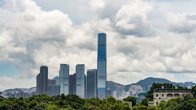 Belo céu e arranha-céus de hong kong.