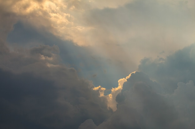 Belo céu sol feixe linha luz brilhando através das nuvens, raio de sol através das nuvens