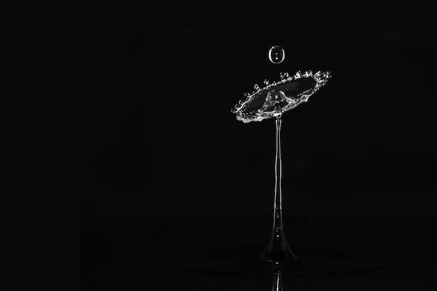 Belo close de um respingo de água em um fundo escuro