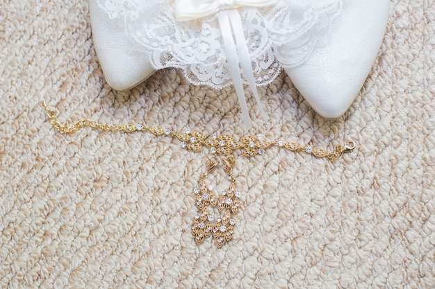 Belo conjunto de acessórios de casamento feminino. dia da noiva. sapatos brancos