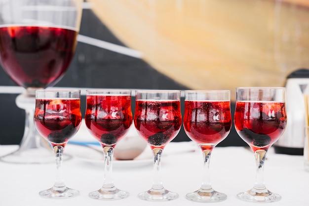 Belo conjunto de copos com álcool