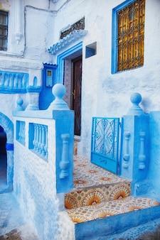 Belo conjunto diversificado de portas azuis da cidade azul de chefchaouen, em marrocos. as ruas da cidade são pintadas de azul em vários tons. fabulosa cidade azul