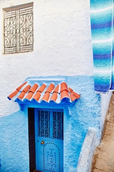 Belo conjunto diversificado de portas azuis da cidade azul de chefchaouen em marrocos
