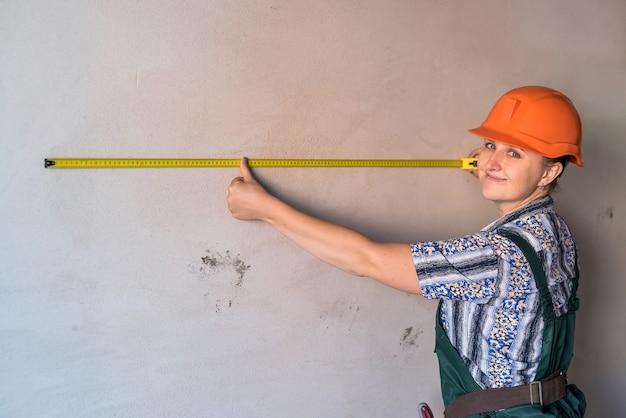 Belo construtor com fita métrica em apartamento novo