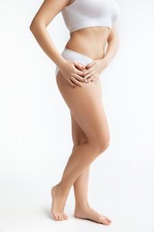 Belo corpo feminino, conceito de cuidados corporais e levantamento de peso