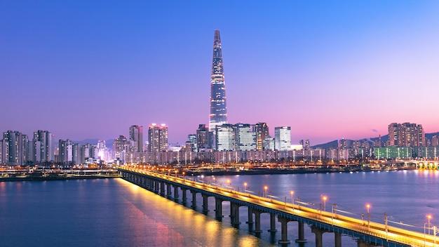 Belo crepúsculo da cidade de seul, ao pôr do sol e o rio han coréia do sul