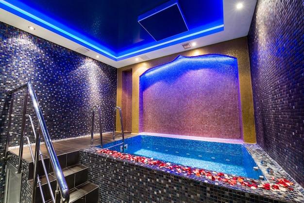 Belo design de uma pequena piscina coberta