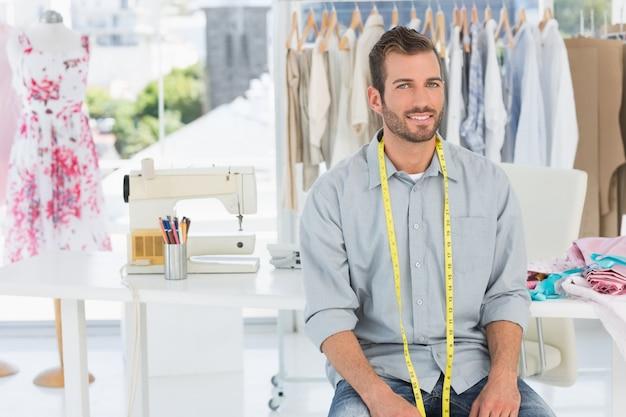 Belo designer de moda masculino em estúdio