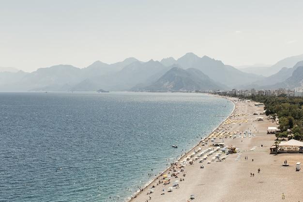 Belo dia de sol com oceano e montanhas