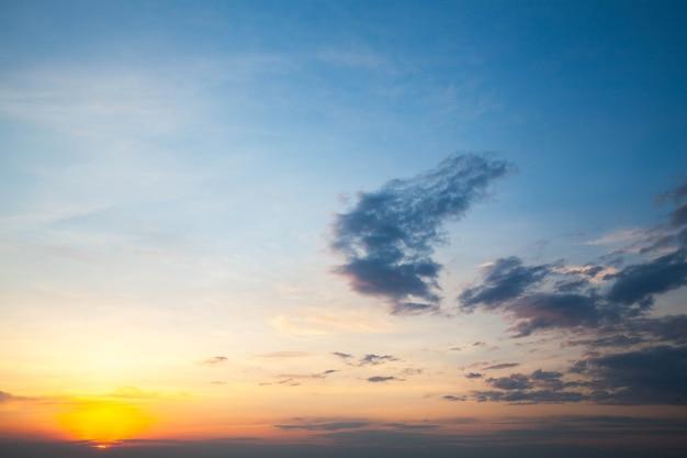 Belo e celestial nascer do sol na paisagem das montanhas, norte da tailândia