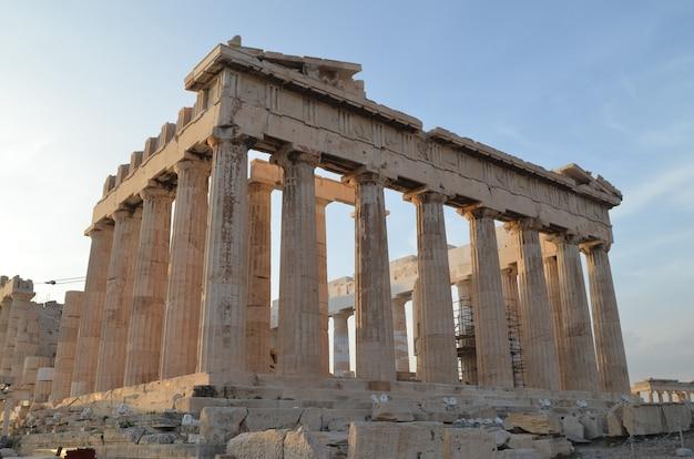 Belo e histórico templo do partenon em atenas, grécia