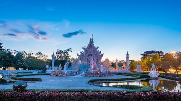 Belo e incrível templo de arte branca no wat rong khun chiang rai, tailândia